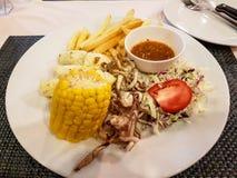Блюдо с морепродуктами и овощами стоковые изображения rf