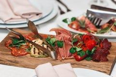 Блюдо с прерванной сосиской стоковое изображение