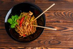 Блюдо традиционного китайския на круглой плите, лапшах риса, капусте или зеленой капусте и зажаренных овощах Стоковые Фотографии RF