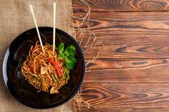 Блюдо традиционного китайския на круглой плите, лапшах риса, капусте или зеленой капусте и зажаренных овощах Стоковые Фото