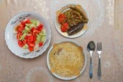 Блюдо Hamirashi Erishde, badumcan заполненное блюдо и огурец, блюдо азербаиджанца салата томата Стоковые Фотографии RF