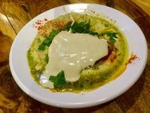 Блюдо Hummus с tahini Хлеб пита соленья классицистическо стоковые фото