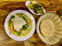 Блюдо Hummus с tahini Хлеб пита соленья классицистическо стоковое изображение rf