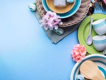 Блюдо Tableware установленное на голубую пастельную предпосылку Стоковые Фото