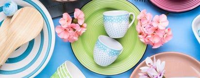 Блюдо Tableware установленное на голубую пастельную предпосылку Стоковые Фотографии RF