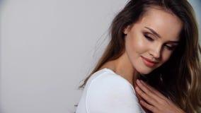 бобра Женщина портрета красивая усмехаясь с естественным составом акции видеоматериалы