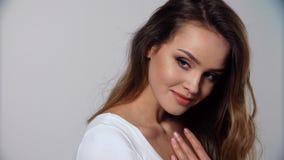 бобра Женщина портрета красивая усмехаясь с естественным составом видеоматериал