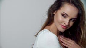 бобра Женщина портрета красивая усмехаясь с естественным составом сток-видео