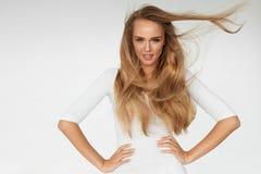 бобра Сексуальная модель женщины с красивыми длинными белокурыми волосами стоковые фото