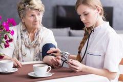 Богатая старшая женщина и ее частная медсестра стоковое фото rf