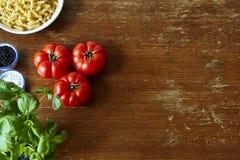 Богатая сцена кухни с травами и макаронными изделиями томатов Стоковое Изображение RF