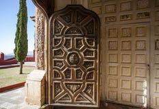 Богатая украшенная дверь церков Templo Сан Cayetano в Гуанахуате в Мексике Стоковая Фотография RF