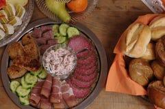 Богатая украшенная таблица еды шведского стола с различными плитами стоковое фото