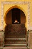 Богато украшенная арка в мавзолее Moulay Ismail в Meknes, Марокко Стоковое Фото