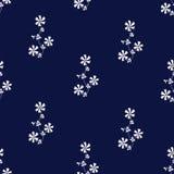 Богато украшенная безшовная картина с белыми цветками на предпосылке сини военно-морского флота Стоковая Фотография RF
