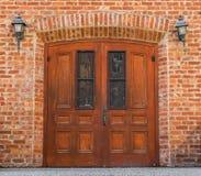 Богато украшенная дверь церков с кирпичным зданием Стоковые Изображения