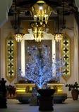 Богато украшенная зала здания Необыкновенное дерево Нового Года Торжество рождества в буддийской стране стоковые изображения