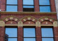Богато украшенная кирпичная кладка вокруг голубого Windows Стоковое Фото