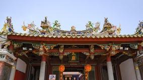 Богато украшенная крыша буддийского тайваньского виска, Tainan, Тайвань стоковые изображения