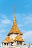 Богато украшенная крыша и шпиль Wat Traimit в Бангкоке, Таиланде стоковые изображения rf