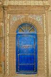 Богато украшенная морокканская голубая дверь с плитками Стоковые Изображения