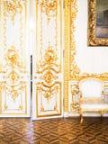 Богато украшенная позолоченная дверь стоковое изображение