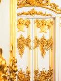 Богато украшенная позолоченная дверь стоковая фотография