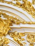 Богато украшенная позолоченная дверь стоковые фото