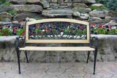 Богато украшенная скамейка в парке Стоковое Фото