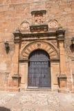 Богато украшенная старая дверь церков San Mateo в Ла Encina VI Banos de стоковое фото rf