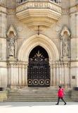 Богато украшенное великолепие двери к городской ратуше Брэдфорда викторианской стоковое фото rf