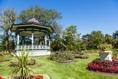 Богато украшенное газебо на холме сада Стоковое Изображение RF