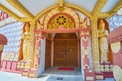 Богато украшенное крылечко пагоды академии Sitagu международной буддийской стоковое фото rf