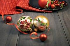 Богато украшенные безделушки рождества с рождеством играют главные роли повод на древесине Стоковое Фото