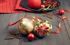 Богато украшенные безделушки рождества с рождеством играют главные роли повод связанные с ri Стоковая Фотография RF