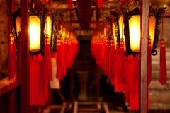 Богато украшенные китайские фонарики на Man Mo Temple в Гонконге, Китае стоковое фото rf