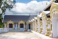 Богато украшенные окна в буддийском виске Стоковые Фото