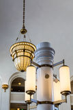 Богато украшенные столбцы и лампы в классическом интерьере Стоковые Изображения