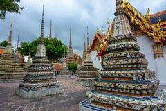 Богато украшенные chedis построенные для тайских королевских семей на историческом Wat Pho в Бангкоке, Таиланде Стоковое Изображение