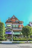 Богато украшенный викторианский дом уравновешенный с пряником и яркими цветами с башенкой и горгульей поверх dormer стоковые изображения