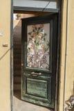 Богато украшенный вход в переулке Archanes стоковое фото rf