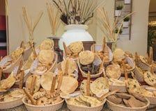Богато украшенный дисплей хлеба на шведском столе ресторана Стоковые Фотографии RF