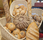 Богато украшенный дисплей хлеба на шведском столе ресторана Стоковое Изображение RF