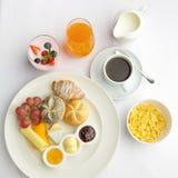 Богатые круассаны, muesli, серии сладостных плодоовощей и ягоды континентального завтрака французские покрытые коркой, горячий ко стоковые изображения