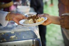 Богатые человеки дают еду к бедным концепция голодания Стоковое Изображение RF
