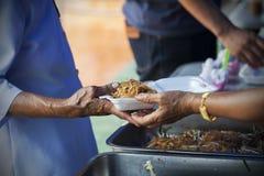 Богатые человеки дают еду к бедным концепция голодания Стоковые Фото