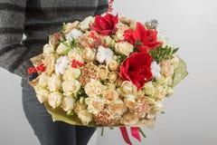 Богатый букет с гортензией в руке женщины красочные розы и различные цветки смешивания цвета Стоковые Фото