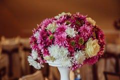Богатый букет сделанный фиолетовых и белых хризантем Стоковая Фотография