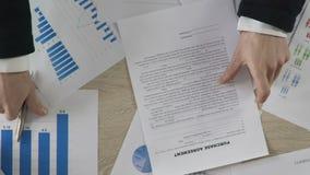 Богатый договор на покупку подписания клиента с партнером, успешным бизнес-планом сток-видео