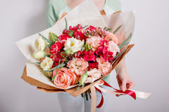 Богатый пук розовых eustoma и роз цветет, зеленые лист в букете весны руки свежем Предпосылка лета стоковые изображения rf